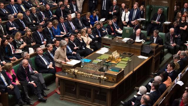 Purtret da Theresa May che discurra en il parlament.