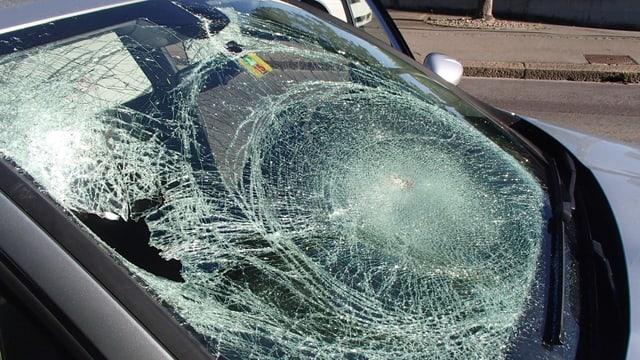 Zerschlagene Frontscheibe eines Autos