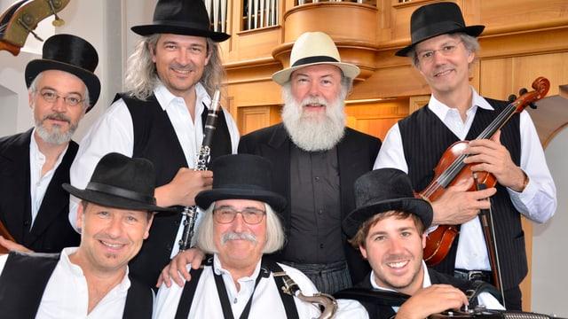 Musiker mit Instrumenten vor Kirchenorgel