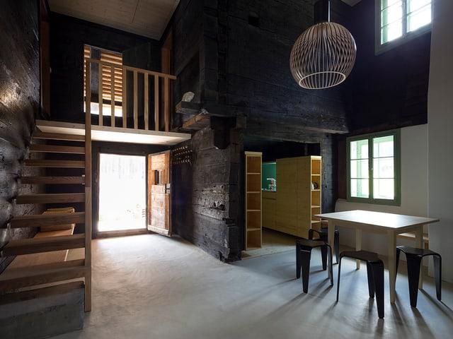 Eine Küche mit Tisch, neues und altes Holz gemischt.