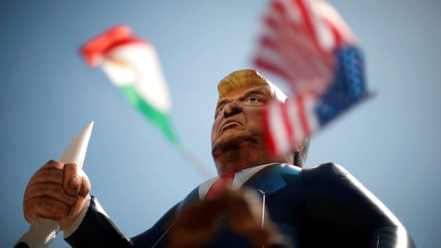 Eine Puppe, die wie Trump aussieht.