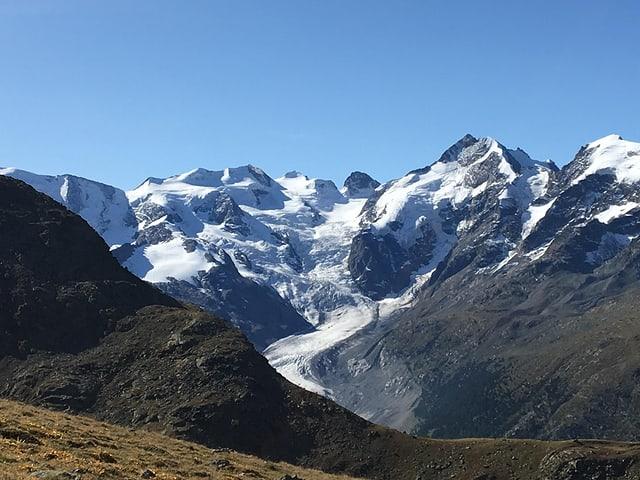 Es herrschen klare wolkenlose Bedingungen in Graubünden, die Gletscher glänzen in der Spätsommersonne.