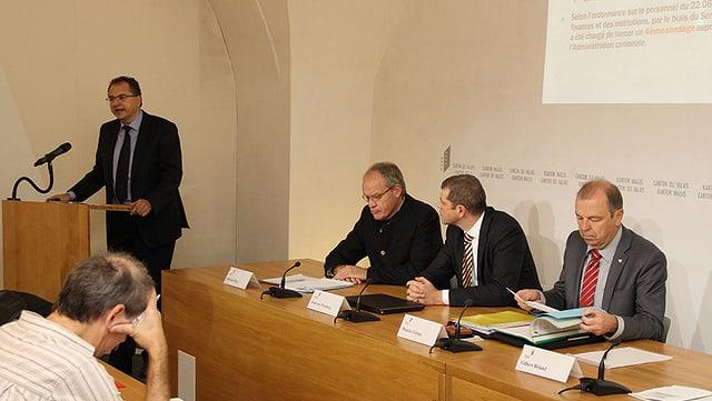Vier Männer präsentieren die Resultate der Walliser Lohnstudie.