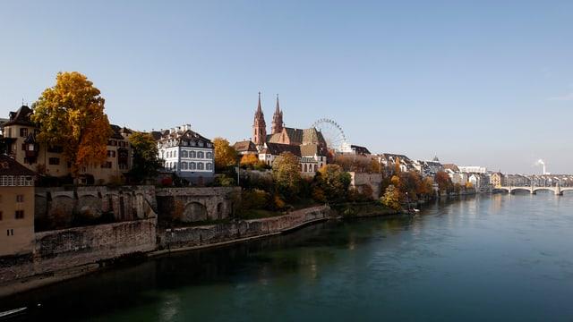 Rheinufer mit Basler Münster im Hintergrund.