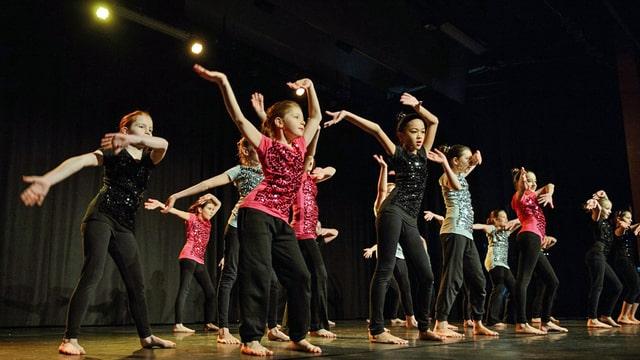 Eine Gruppe Mädchen tanzt auf der Bühne.