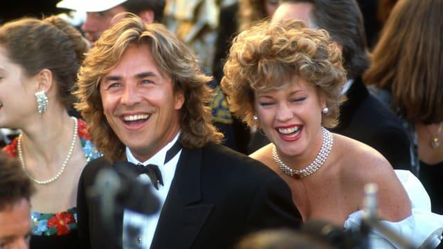 Melanie Griffith und Don Johnson posieren in Abendkleid und Anzug für die Fotografen.