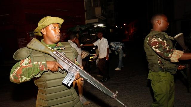 Kenianische Polizisten mit Waffen