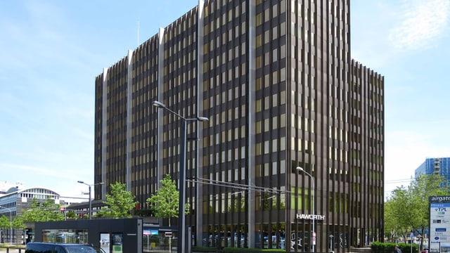 Seitenansicht von einem modernen, grossen Bürogebäude