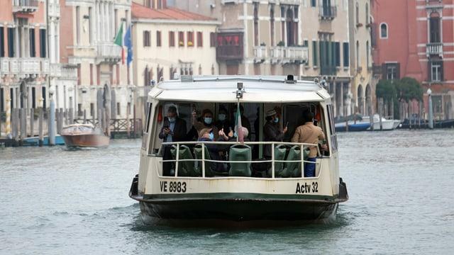 Zu sehen ein Vaporetto in Venedig