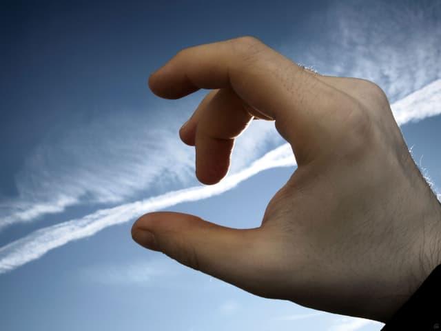 Eine Hand «umfasst» eine Wolke.