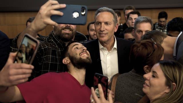 Howard Schultz macht Selfies mit Anhängern.