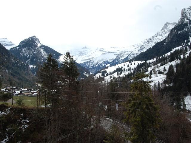 Das Kiental oberhalb von Reichenbach: 8400 Hektaren Jagdbanngebiet. Unten links das Dorf Kiental.