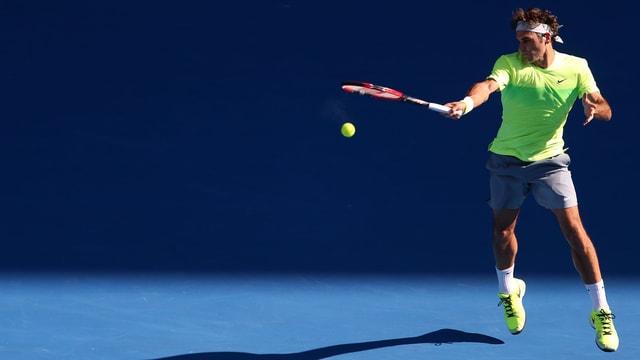 Roger Federer spielt eine Vorhand mit voller Wucht