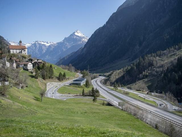 Autostrada dal Gottard senza autos,cun baselgia da Wassen da la vart.