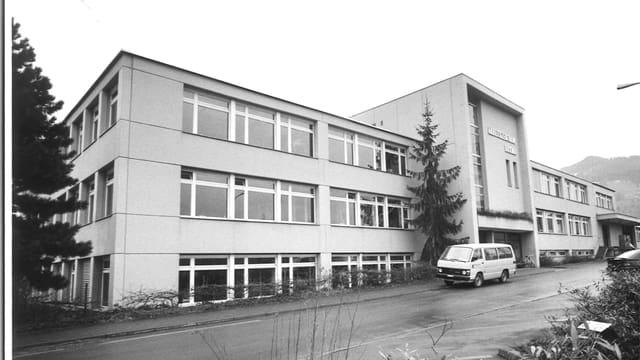 Eine Schwarzweissaufnahme eines grossen Gebäudes.