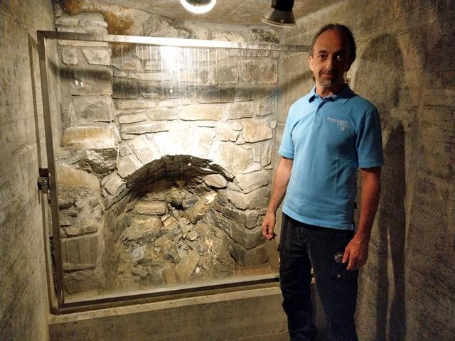 Mann neben einer Quelle im Felsen.