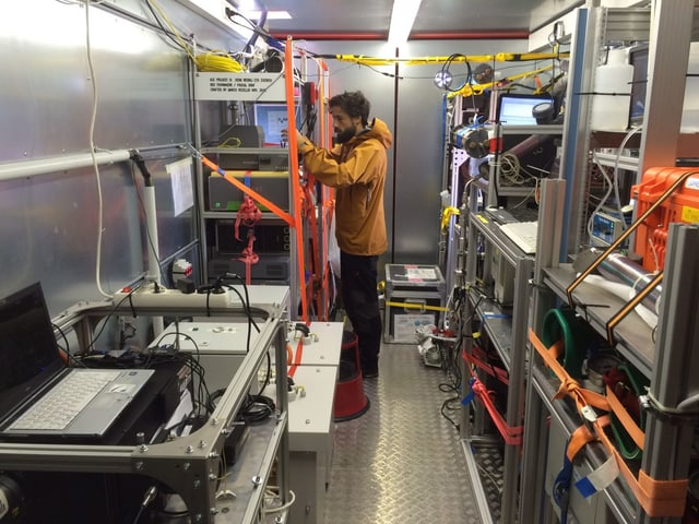 Pascal Graf am Laserspektrometer.