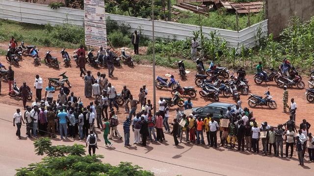 Persunas sin ina via en la chapitala Ouagadougou.