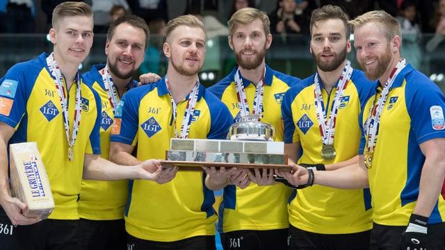 Ils umens da la Svezia cun il skip Niklas Edin (dretg).