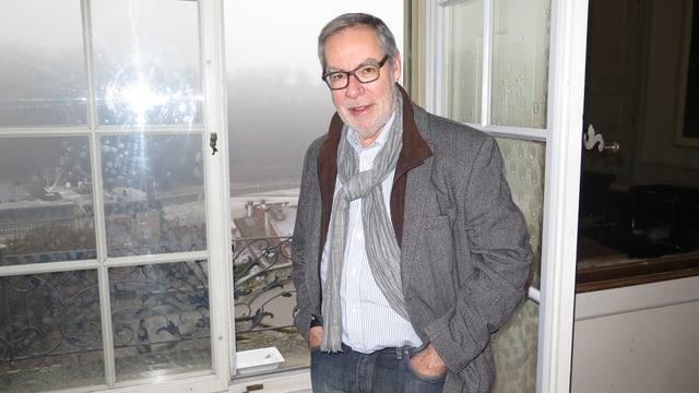 Alexander Tschäppät vor dem offenen Fenster in seinem Büro, Blick auf die Aare.
