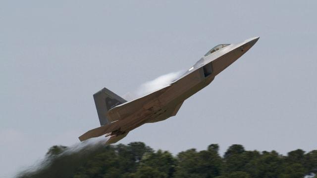 In aviun da cumbat F-22.