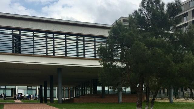 Eine Schule mit der Aufschrift «American Academy».
