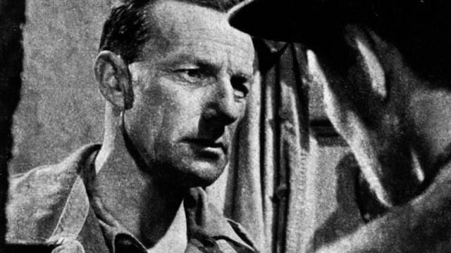 Szene aus einem alten Film: ein Mann von vorne, einer von hinten.