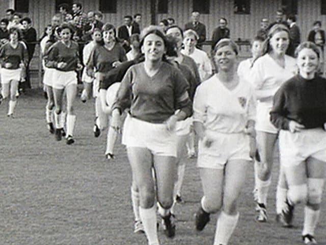 Fussballspielerinnen von 1968 laufen aufs Feld