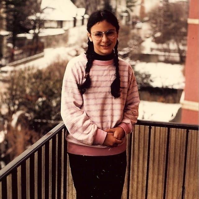 Mädchen steht auf einem Balkon