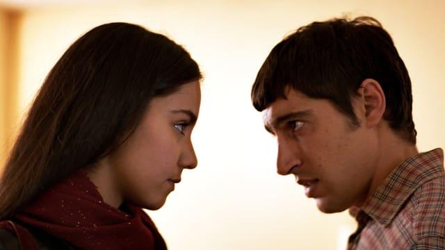 Eine junge Frau und ein junger Mann schauen sich an.