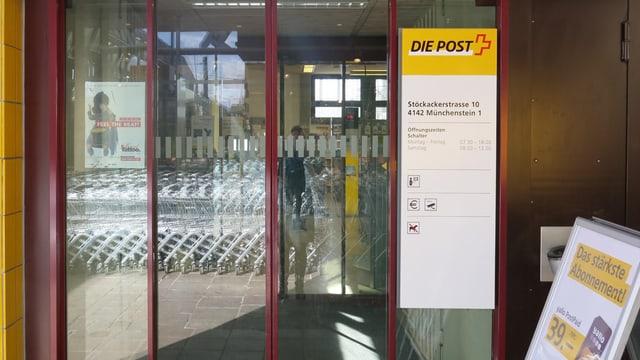 Blick auf die Eingangstür der Münchensteiner Poststelle