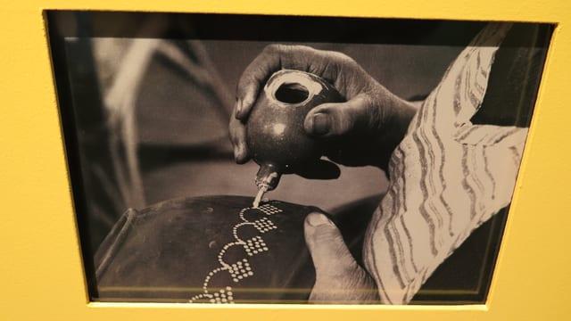 Historisches Foto, das zeigt, wie die Keramik bemalt wurde.