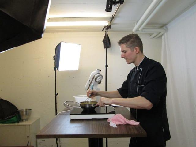 Konditor in einem kleinen Video-Studio.