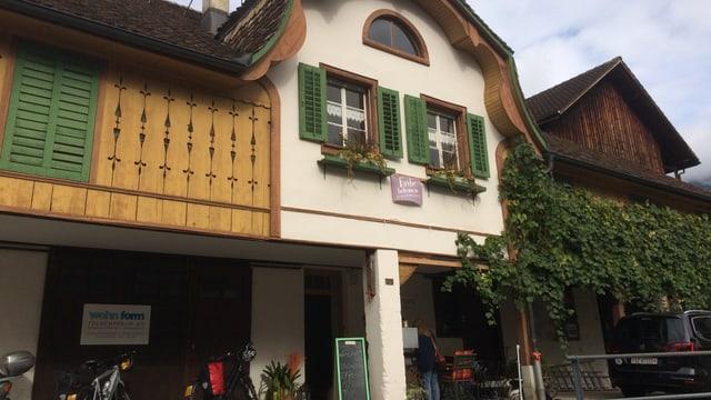 Ein altes Haus mit grünen Fensterläden.