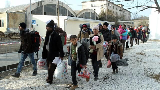 Flüchtlinge aus Syrien, Irak und Afghanistan erreichen Registrierungsstelle im serbischen Presovo.