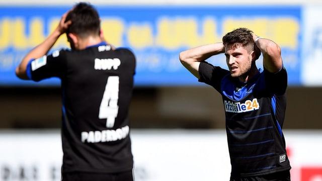 Zwei Paderbornspieler mit verzweifeltem Griff an den Kopf nach dem Schlusspfiff