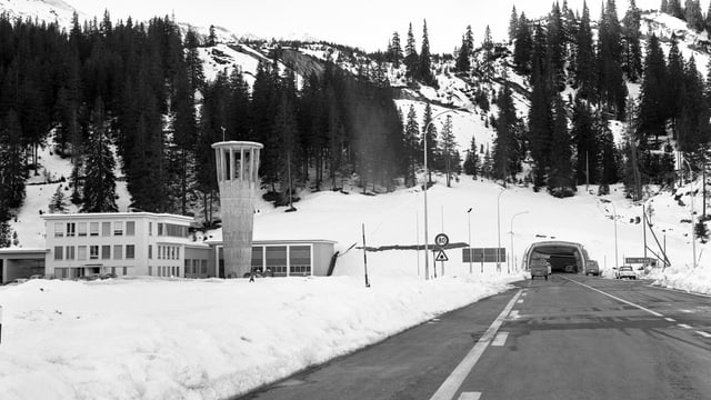 Il tunnel dal San Bernardino cun la centrala da la vart dal sid.