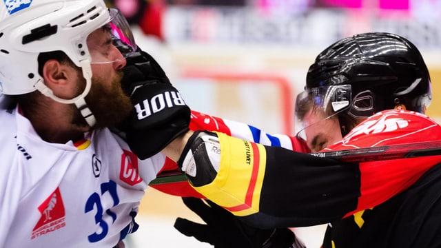 Schlägerei zwischen zwei Eishockeyspielern.