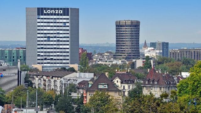 Hochhäuser in Basel, Lonza-Hochhaus, Biz-Turm und hohe Wohnhäuser im Hintergrund