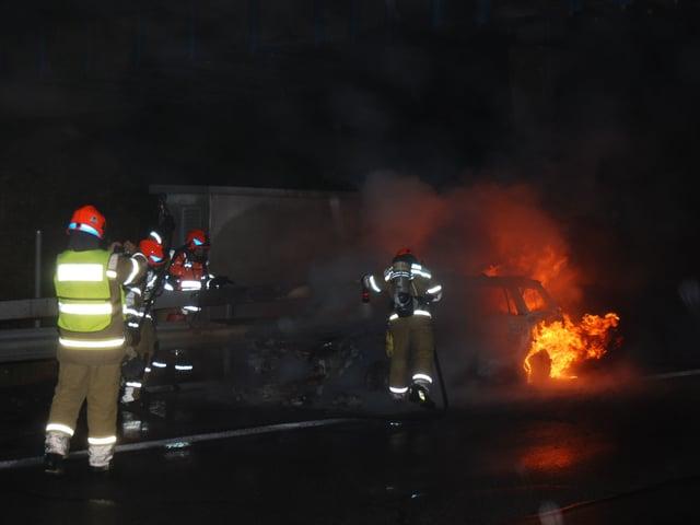 Feuerwehr löscht brennendes Auto.