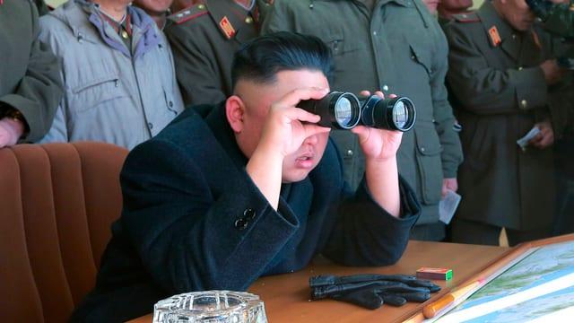 Nordkoreas Dikatotor betrachtete die Welt mit einem Feldstecher.