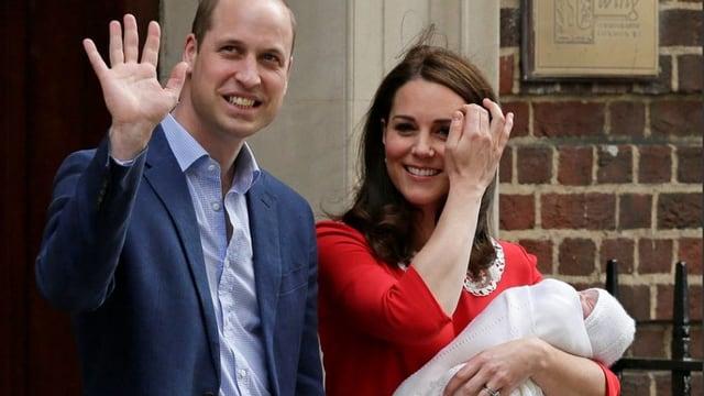 William und Kate vor dem Krankenhaus. Sie hält den Prinzen Louis Arthur Charles im arm.