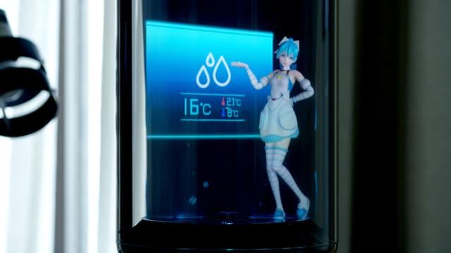 Das Hologramm einer blauen Anime-Figur. Sie zeigt gerade das Wetter an.