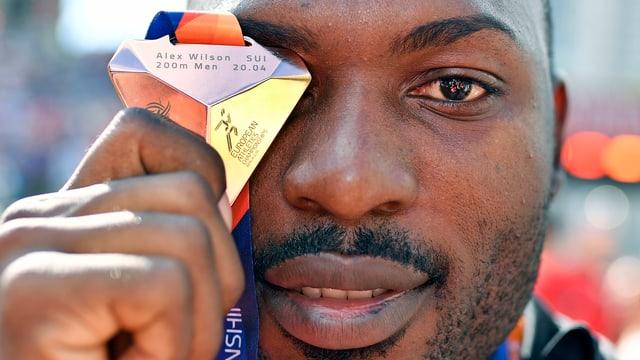Alex Wilson mit seiner Medaille