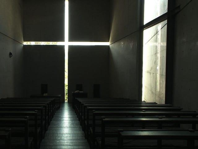 Schlize in der Wand, als Kreuz angeordnet
