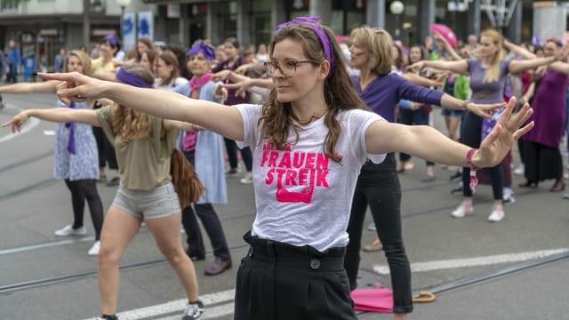 Junge Frauen tanzen auf der Strasse.