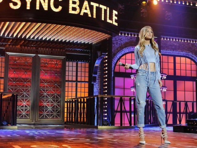Hadid auf der Bühne in Girlfriendjeans.