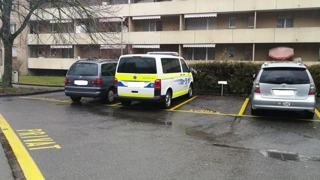 Ein Polizeiauto parkiert vor dem Tatort in Spreitenbach