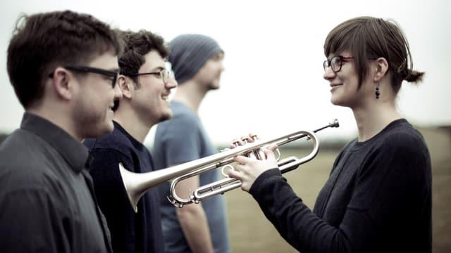 Laura Jurd mit Trompete und Bandkollegen.