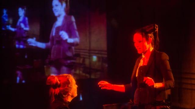 Die Schauspielerinnen Juliane Lang und Daniela Britt in «Nachruf oder jung sterben hat mich auch nicht besser gemacht».